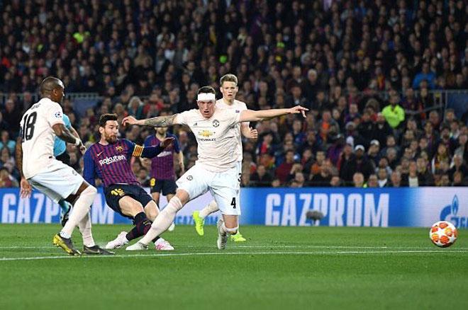"""Phil Jones bị Messi """"xỏ mũi"""" dễ dàng: Lại thành trò cười trên mạng - 1"""