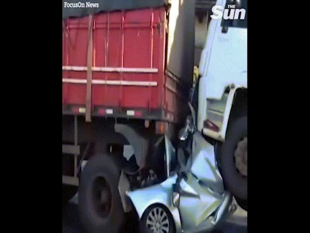Video: Ô tô bẹp rúm kẹp giữa 2 xe tải sau tai nạn kinh hoàng và điều thần kỳ với tài xế