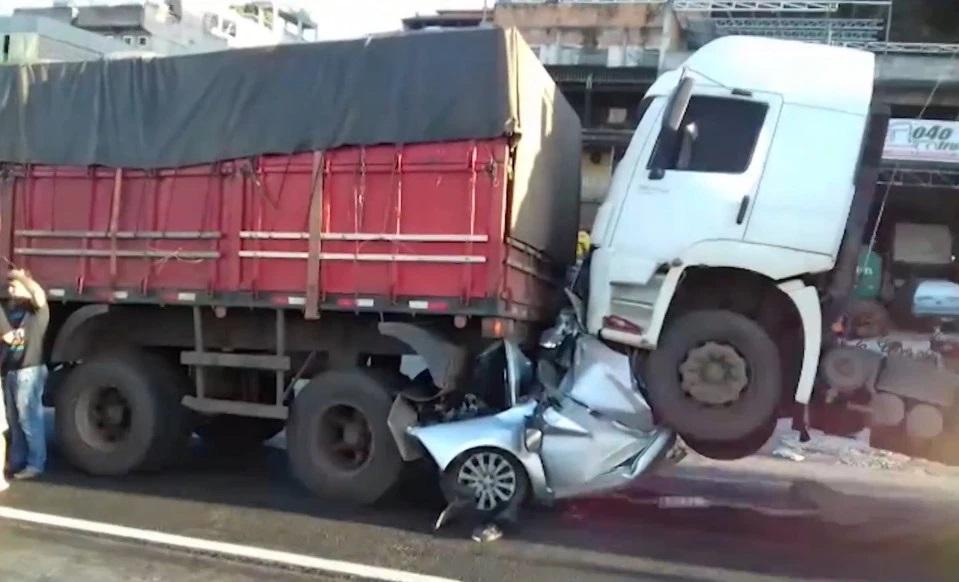 Video: Ô tô bẹp rúm kẹp giữa 2 xe tải sau tai nạn kinh hoàng và điều thần kỳ với tài xế - 1