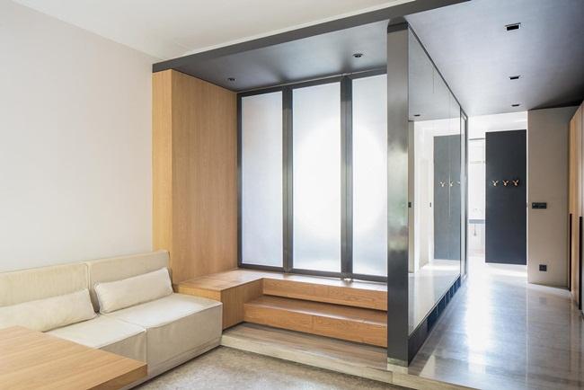 Ở mặt ngoài của vách tường ở trung tâm căn nhà ốp gương cao rất hữu ích khi thay quần áo và cảm thấy hành lang rộng hơn.