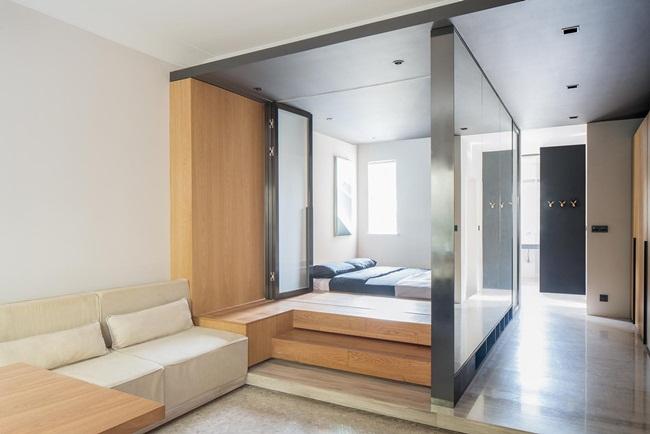 Không gian mở nhưng vẫn đảm bảo được sự riêng tư thông qua loạt cửa kính mờ gấp ở phòng ngủ. Những cửa kính gấp này có thể hút ánh sáng ban ngày từ cửa sổ vào căn hộ giúp tăng độ sáng.