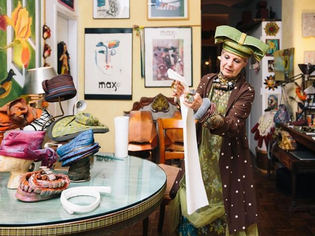 Cụ bà biến báo cũ, giấy vệ sinh thành thời trang cao cấp