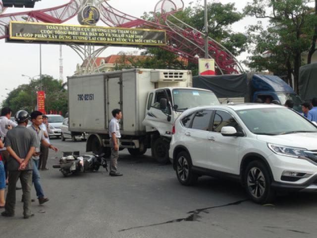 Xe tải tông vào đoàn người đang dừng đèn đỏ, 2 người nguy kịch