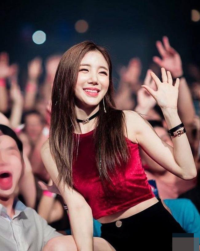 Từ một người mẫu có tiếng trong làng giải trí Hàn, cô nàng rẽ ngang, trở thành DJ chuyên nghiệp.