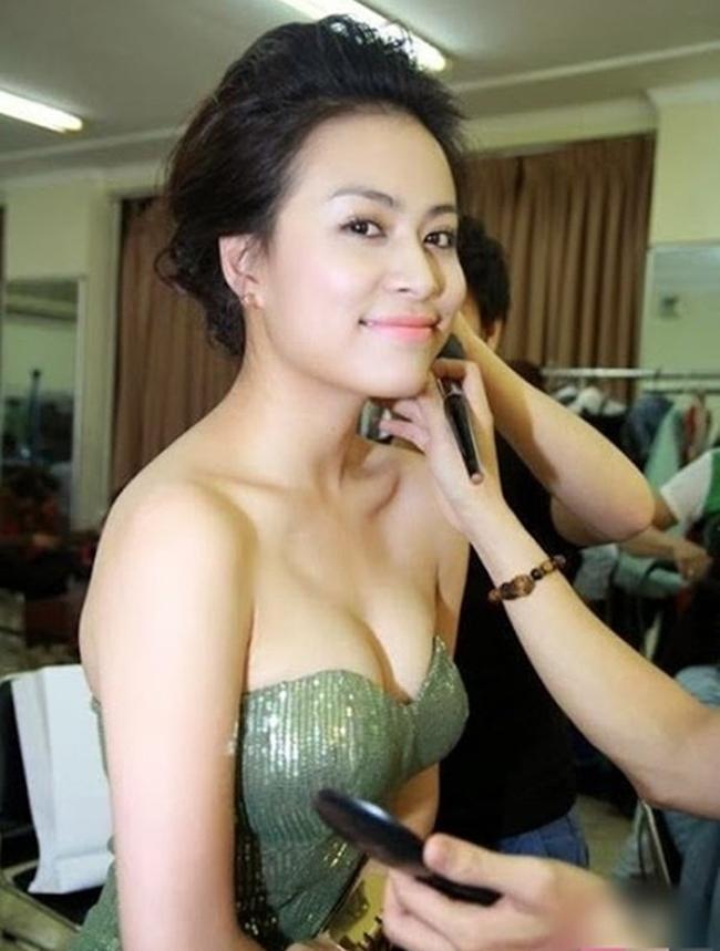 Từ năm 2014, Hoàng Thùy Linh đã thuộc hàng top với cát-xê đi hát từ 50-70 triệu đồng. Gần đây, giới bầu show rỉ tai nhau mức thù lao đi hát của cô tương đương 70-100 triệu đồng/show.