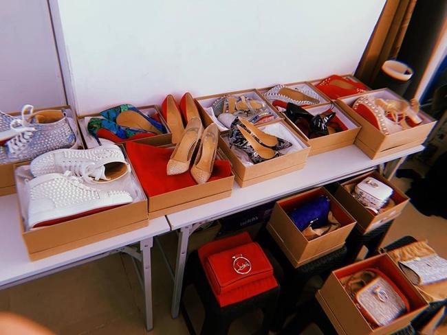 Hoàng Thùy Linh vẫn sở hữu cả một bộ sưu tập quần áo, váy, giày dép, túi xách đắt tiền.