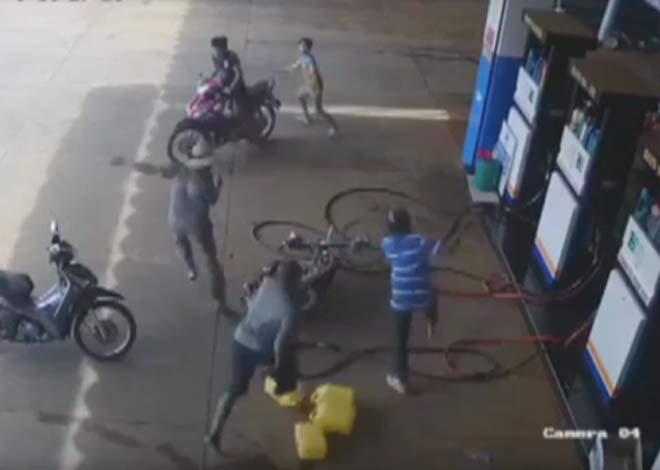 Trưởng công an xã bị đâm 6 nhát tại cây xăng khi đang làm nhiệm vụ - 1
