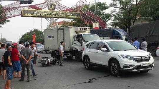 Xe tải tông vào đoàn người đang dừng đèn đỏ, 2 người nguy kịch - 1