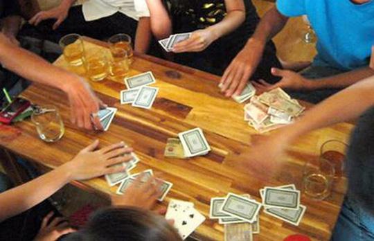 Đi bắt đánh bạc, phó công an xã nhận tiền con bạc - 1