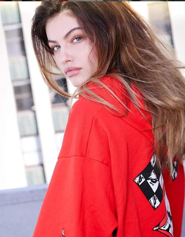 """Thylane Blondeau là ái nữ của cựu cầu thủ Patrick Blondeau và nhà thiết kế thời trang Veronika Loubry. Cô thừa hưởng nhiều nét đẹp từ cả bố lẫn mẹ và từ khi mới 6 tuổi, Thylane đã được truyền thông tung hô là """"cô bé đẹp nhất thế giới""""."""