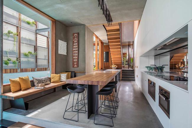 Phòng bếp hiện đại với quầy bar và bàn ăn rộng rãi.