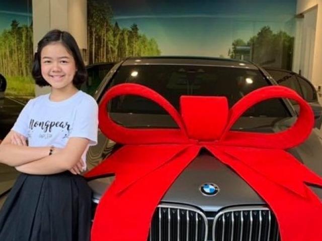 """Cô bé 12 tuổi sắp mua xe sang BMW bằng tiền tự kiếm khiến nhiều người """"choáng"""""""