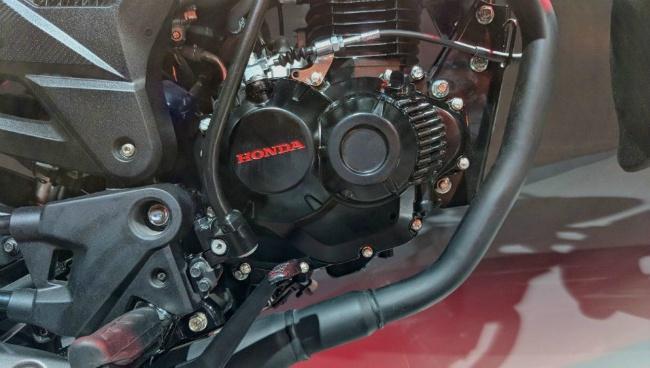 Các đặc điểm kỹ thuật cơ khí của xe vẫn không thay đổi. Xe sẽ tiếp tục sử dụng bộ động cơ đơn xy-lanh, dung tích 162cc, cho công suất tối đa 14 mã lực và mô-men xoắn cực đại 13.9 Nm. Động cơ này cho hiệu suất ở dải mô-men tầm trung và thấp khá tốt.