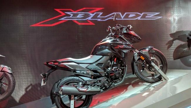 Nếu phiên bản X-Blade hiện tại được bán với 5 tùy chọn màu, gồm: màu xanh kim loại, màu đỏ ngọc trai, màu bạc kim loại, màu đen ngọc trai, và màu xanh lá cây ngọc trai. Thì bản cập nhật có thể sẽ có những thay đổi nhẹ ở bộ phận bình xăng và ốp bên xe.