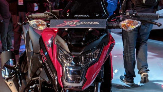 Xe có các tính năng hấp dẫn, nổi bật như đèn pha LED hoàn toàn, đèn đuôi LED.