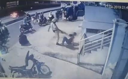 Xác minh clip CSGT chĩa súng, đá người vi phạm - 1