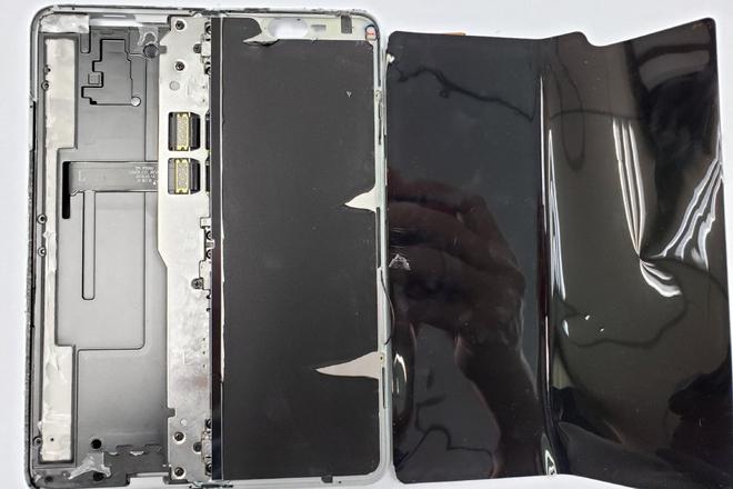 Xót xa nhìn Galaxy Fold quý giá bị tháo rời - 1