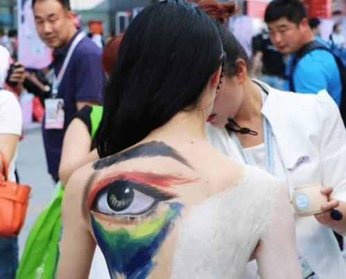 Cay đắng cuộc sống của gái trẻ làm mẫu vẽ sơn nghệ thuật - 1