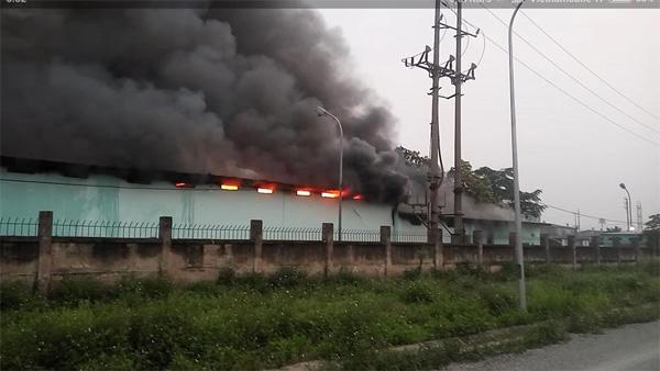 Nhà kho công ty dược bốc cháy dữ dội lúc rạng sáng - 1