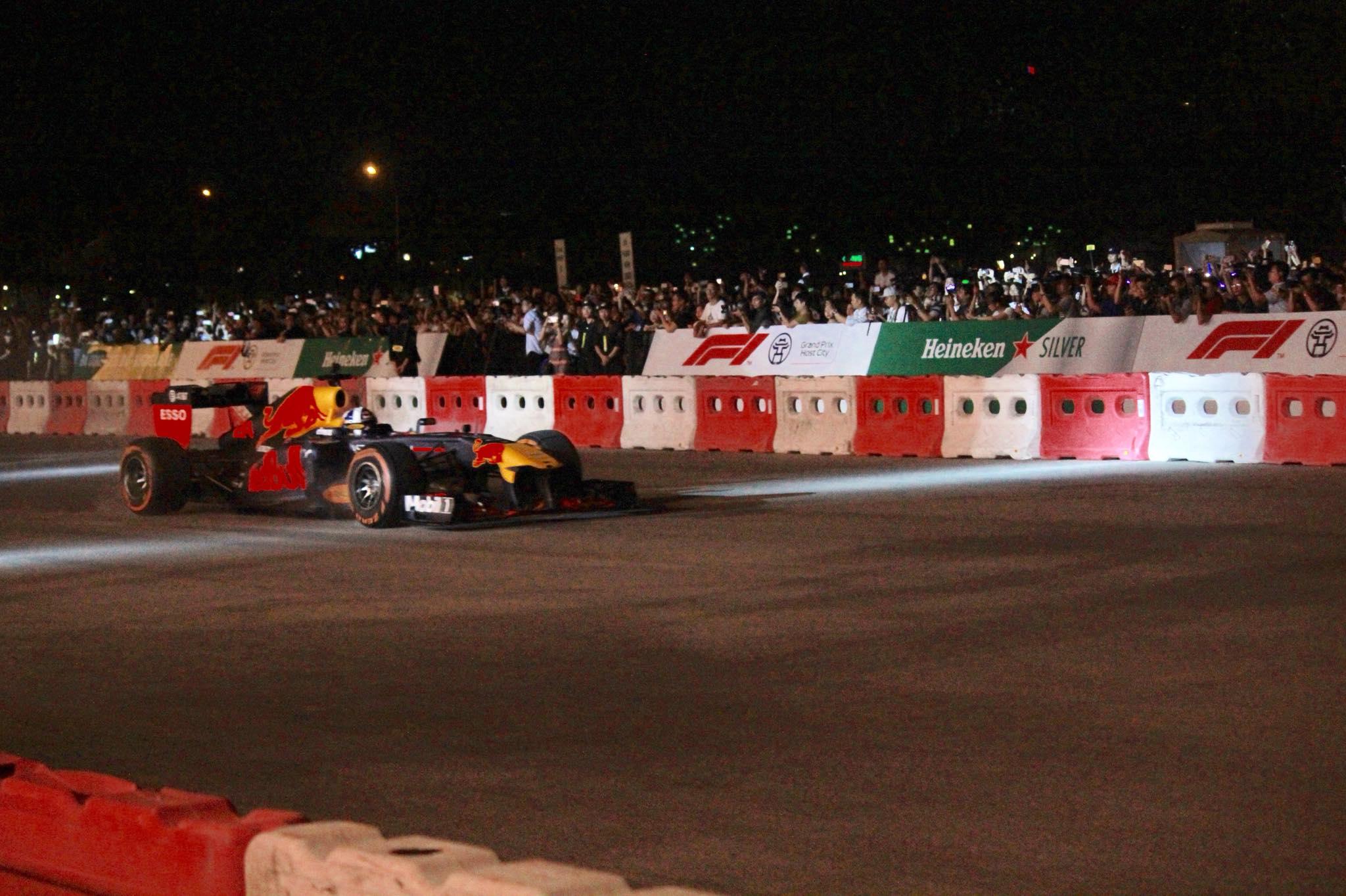 Hàng vạn khán giả phấn khích xem F1 phóng như tên ở Hà Nội - 1