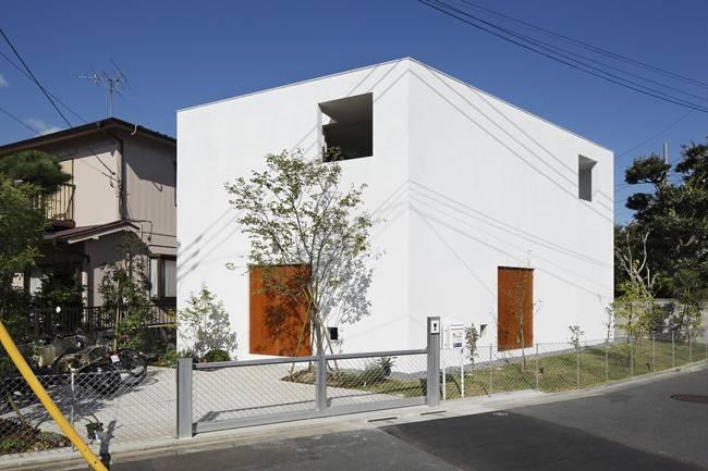 Mái và tường có các lỗ hỗngđược thiết kế một cách khéo léo nên ánh sáng, gió và mưa có thể vào bên trong nhà.