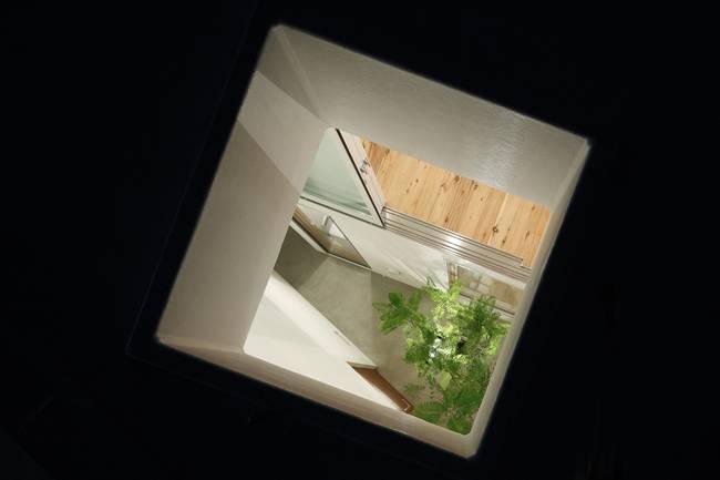 Căn nhà này không sử dụng điều hòa.Cách sống này được đánh giá là nhằm giảm tiêu thụ năng lượng, cùng tồn tại với thiên nhiên. Đây chính là cách vượt qua được những vấn đề năng lượng.