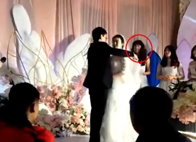 Choáng váng khi thấy khuôn mặt kỳ lạ của phù dâu trong đám cưới - 1