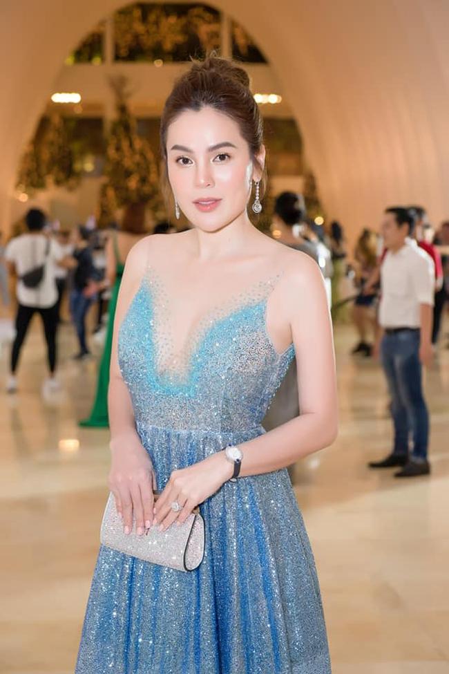 Mỗi lần dự sự kiện, người đẹp lại diện trang sức đắt tiền và phụ kiện hàng hiệu.