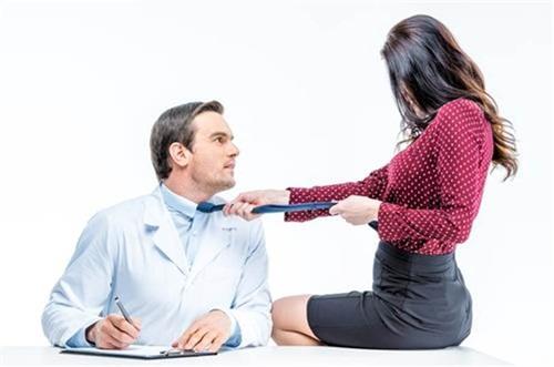 Nữ bệnh nhân rủ bác sỹ về nhà chữa bệnh để lừa tình tống tiền - 1