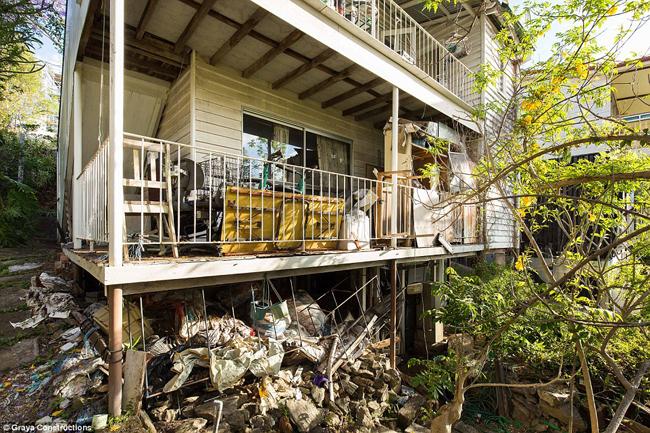 Đây là căn nhà cũ nát và ngập tràn rác thải mà hai anh em Rob và Andrew Gray ở Australia vừa phải bỏ ra 750.000 USD (~17,3 tỷ đồng) để mua.