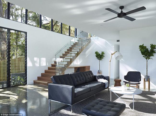 Ngôi nhà sau sửa chữa rộng 525 m2, có 2 phòng khách, 3 phòng tắm và 1 bể bơi ngoài trời.