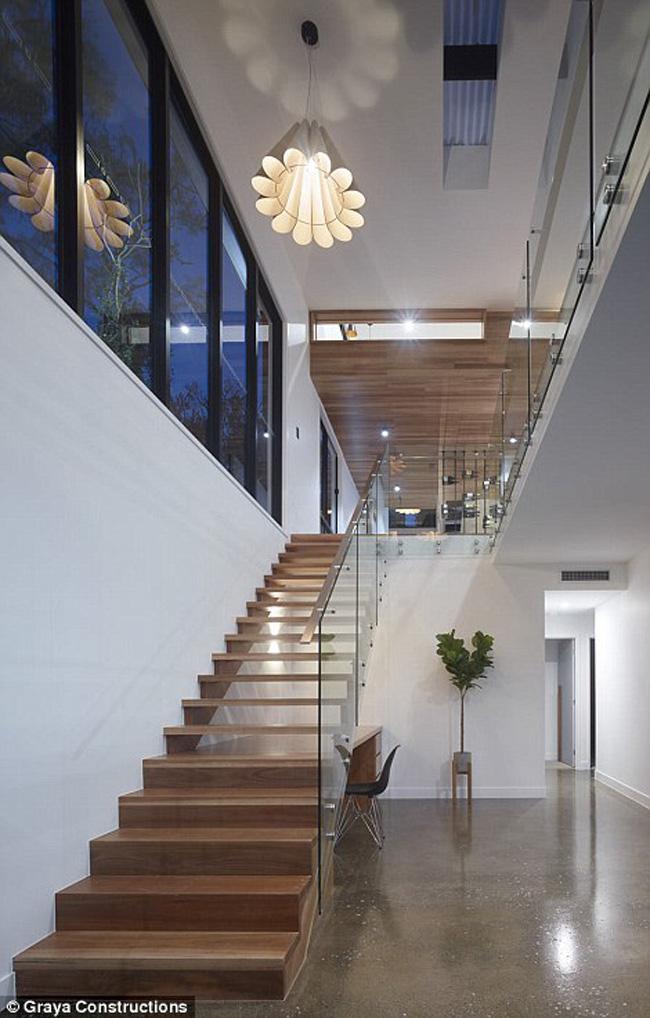 Cầu thang dẫn lên tầng 2.