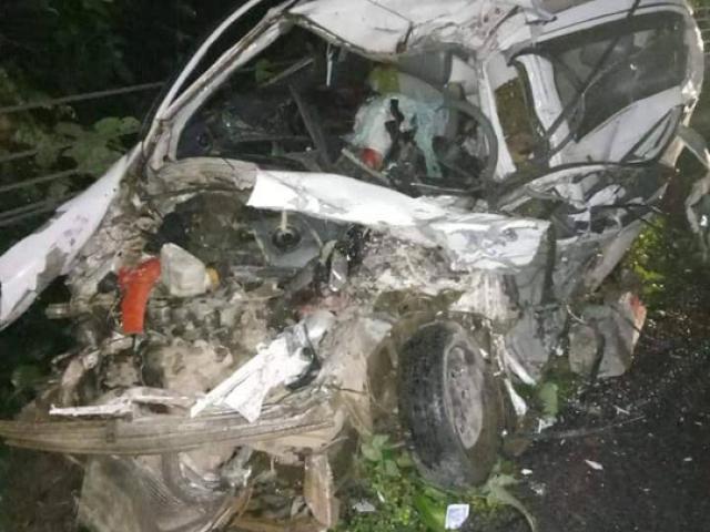 Xe con bị vò nát sau va chạm kinh hoàng với xe khách, 2 người tử vong