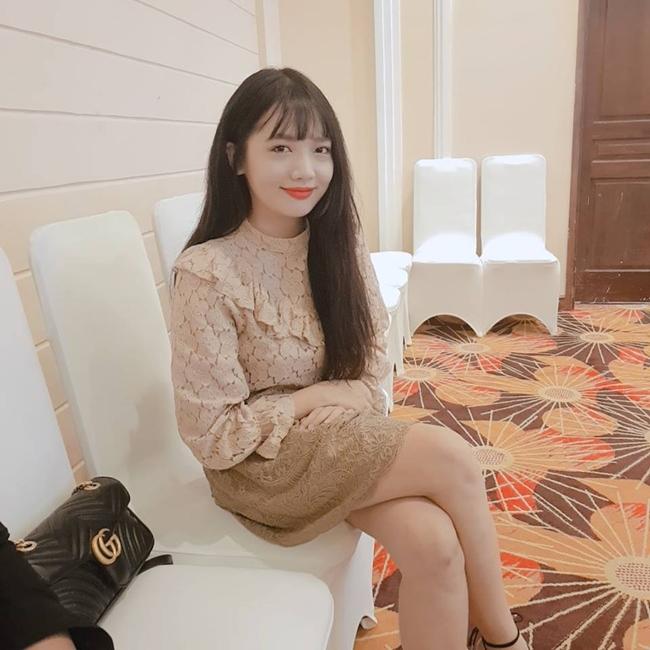 """Trong chương trình """"Siêu bất ngờ"""", em gái Hari chia sẻ, cô chỉ biết chút xíu tiếng Việt do mới nói được 3 năm nay đồng thời khẳng định chị gái nói tiếng Việt giỏi hơn mình."""