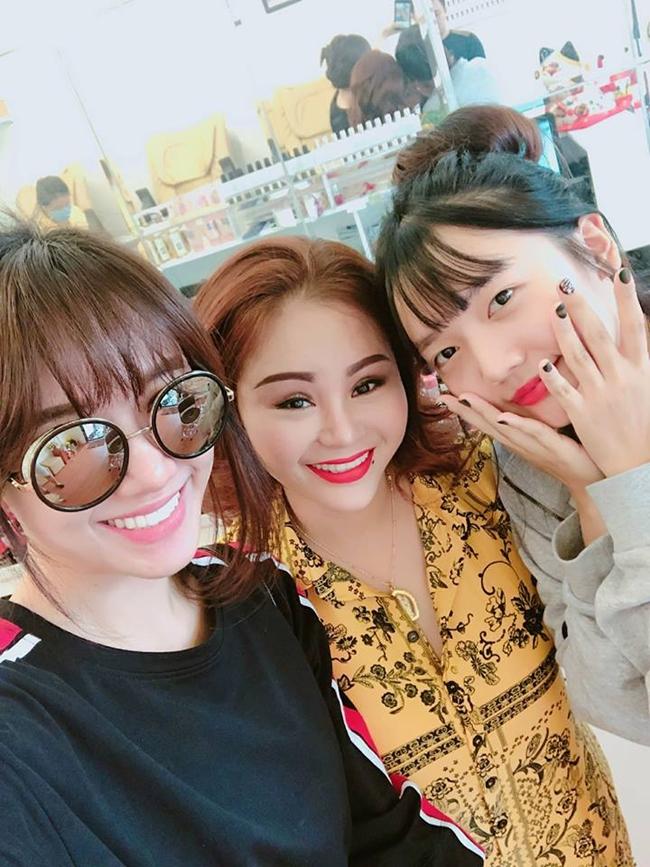 Yoo và chị gái chụp ảnh chung bên nghệ sĩ Lê Giang.