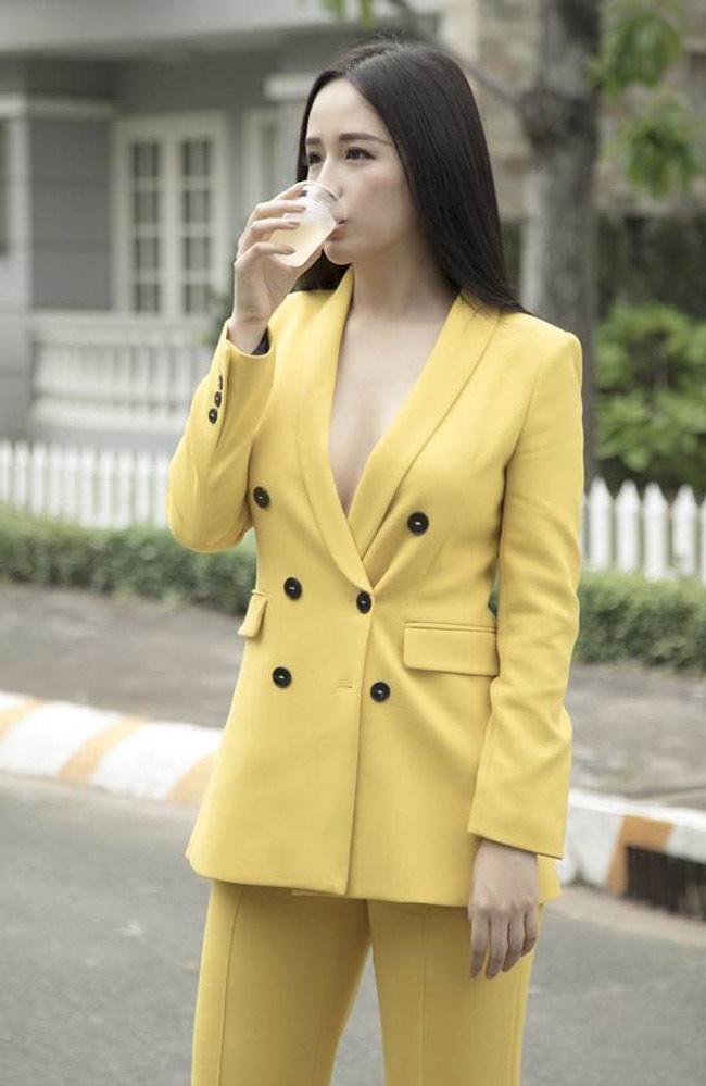 Mới đây, nhiều người bất ngờ khi thấy Hoa hậu Mai Phương Thúy xuất hiện tại trường quay, ngày cúng khai máy bộ phim với tư cách là nhà đầu tư. Cô xuất hiện ấn tượng trong bộ suit màu vàng không nội y.