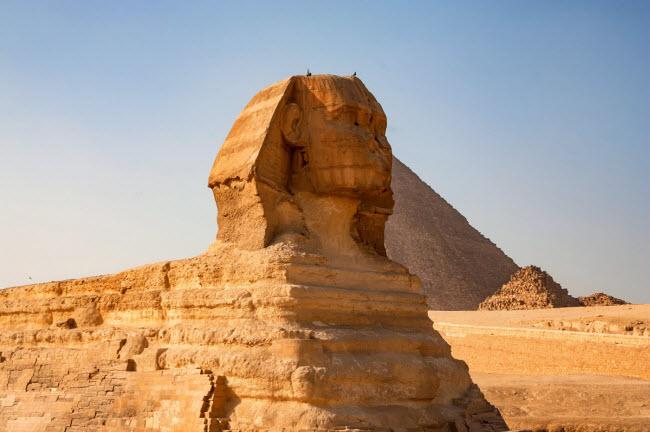Tượng nhân sư Giza, Ai Cập: Bức tượng nổi tiếng này từng được sơn nhiều màu khác nhau. Các nhà khảo cổ học nghĩ rằng khuôn mặt được sơn màu đỏ, trong khi phần cơ thể được vàng và xanh.