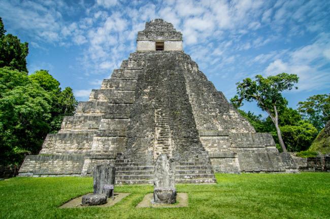 Tikal, Guatemala: Có nhiều giả thuyết về các kim tự tháp tại thành phố cổ này. Một số người gọi chúng là những tòa nhà tôn giáo, trung tâm nghiên cứu hay nghĩa địa.