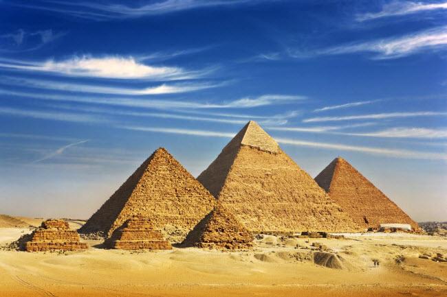 Kim tự tháp Giza, Ai Cập: Một số giả thuyết cho rằng cụm kim tự tháp này được xây dựng thẳng hàng với chòm sao Orion.