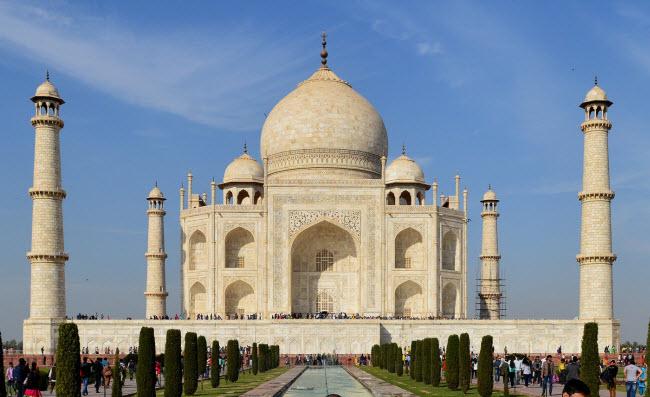 Đền Taj Mahal, Ấn Độ: Công trình này thực chất là một lăng mộ được xây dựng bởi hoàng đế Shah Jahan dành cho người vợ mất khi sinh đứa con thứ 14 của ông.
