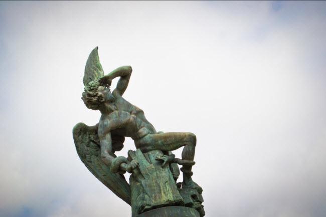 Thiên thần sa ngã, Tây Ban Nha: Bức tượng ở thành phố Madrid mô phỏng thiên thần Lucifer từ trên Thiên đường. Nó nằm ở độ cao 666m so với mực nước biển.