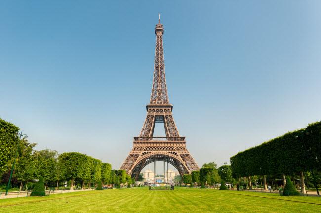 Tháp Eiffel, Pháp: Trong quá khứ, nhiều người đã trèo lên biểu tượng của thành phố Paris để tự tử. Khoảng 350 người đã nhảy tự tử từ trên công trình này, trước khi nhà chức trách tăng cường các biện pháp an ninh.