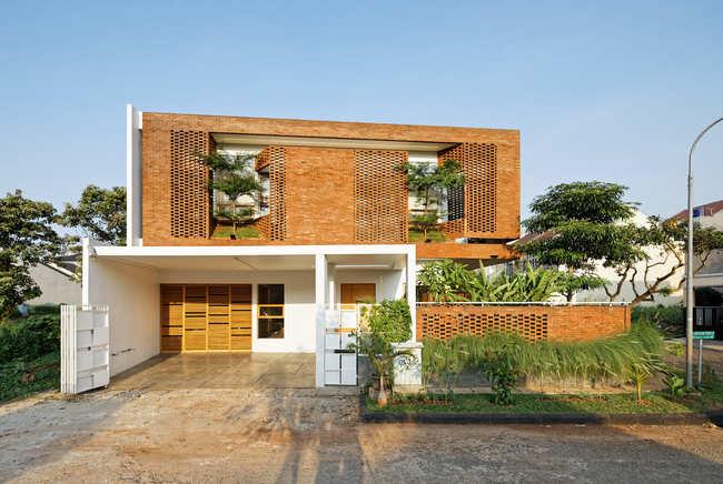 Đây là một căn nhà gạch ở Indonesia. Chủ nhân của nóđã quyết định sử dụng gạch làm vật liệu chính để xây dựng nhằmmang lại cảm giác ấm áp và cổ kính.