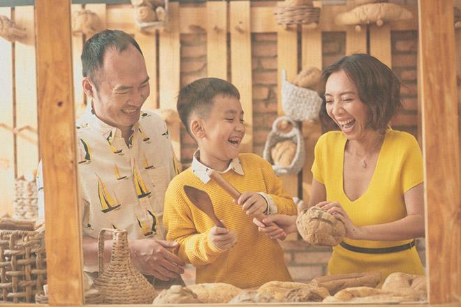 """Phim giang hồ 20 tỷ thắng lớn, """"Chị Mười Ba"""" Thu Trang tặng quà bất ngờ cho gia đình - 1"""