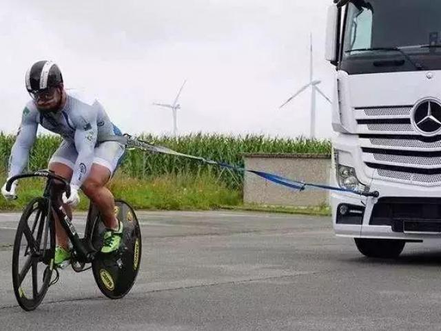 VĐV đùi to nhất thế giới 74cm hơn cả Roberto Carlos: Kéo được xe tải 10 tấn