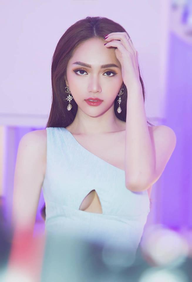 Sam, Hương Giang lăng xê mẫu váy khoét thân - 1