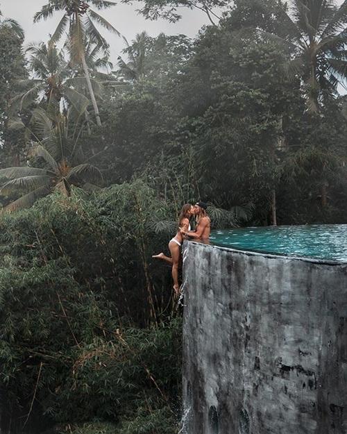 """Cặp đôi bị """"ném đá"""" vì mặc đồ tắm chụp ảnh thân mật nguy hiểm - 1"""
