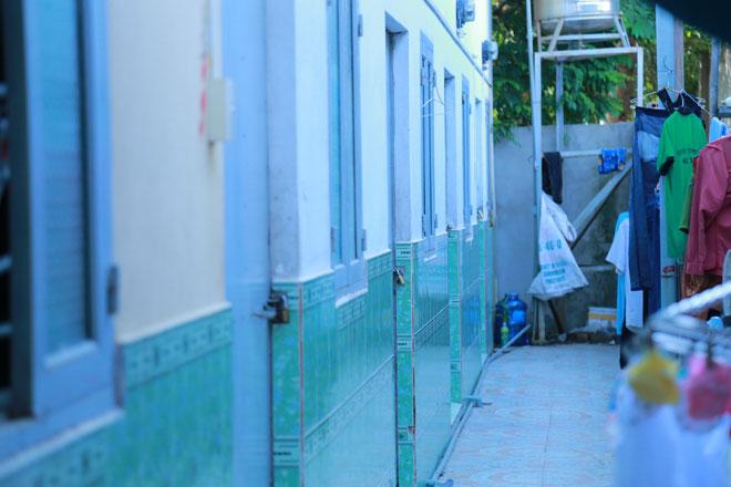 Vụ thảm sát 3 người ở Bình Dương: Cửa nhà trọ xung quanh đều bị cột dây kẽm - 1