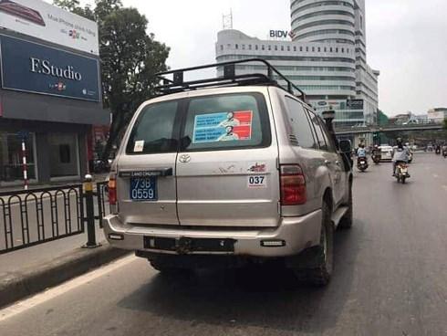 Xôn xao xe biển xanh dán hình Nguyễn Hữu Linh dạo phố - 1