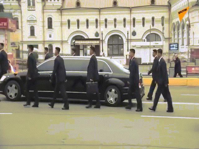 """Dàn vệ sĩ của ông Kim Jong-un tái diễn màn chạy bộ """"trứ danh"""" ở Nga"""